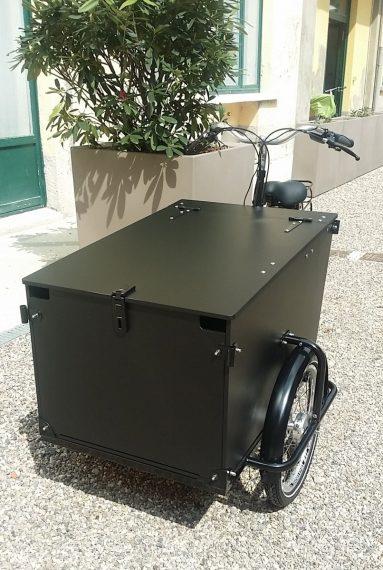 Cargo bike nera personalizzata con cassone chiuso per aziende